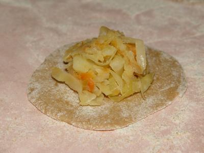 Вареники из цельнозерновой муки с картошкой и капустой.