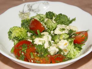 Салат из брокколи, цветной капусты и помидоров черри.