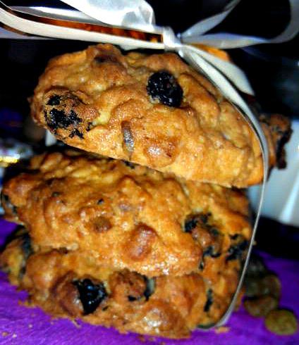 Овсяное печенье с грецкими орехами и изюмом.