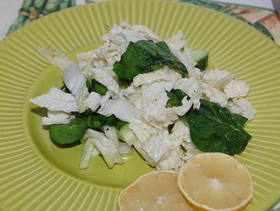 Салат из пекинской капусты и шпината.