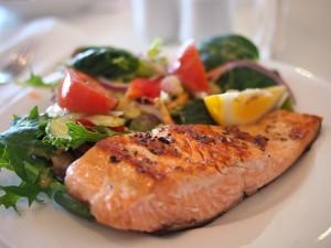 Жирная рыба почти в два раза снижает риск возникновения рассеянного склероза.