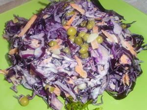 Салат из краснокочанной капусты и зеленого горошка.