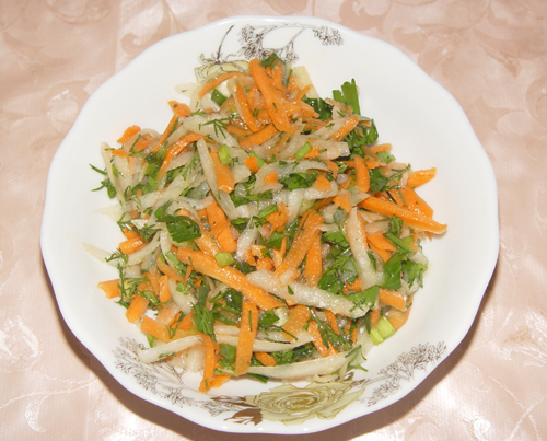 Салат из дайкона, моркови и зелени.