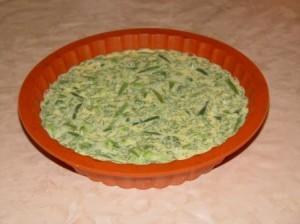 Зеленый омлет с укропом, стручковой фасолью и брокколи, приготовленный в духовке.